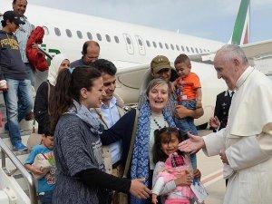 Papa Vatikana 12 Müslümanla döndü