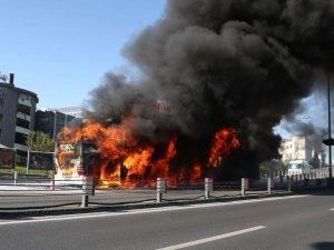 İstanbulda metrobüs yandı