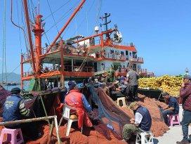 Balık avı bitti sıra ağ onarımında