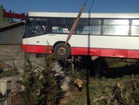 Konyada belediye otobüsü korkuluklarda asılı kaldı