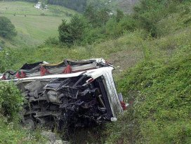 Hindistanda otobüs uçuruma yuvarlandı