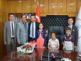 Başkan Oğuz'un makam koltuğuna Elayna Akbaş oturdu