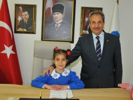 Başkan Akkaya koltuğunu Ayşe Karagöz'e devretti