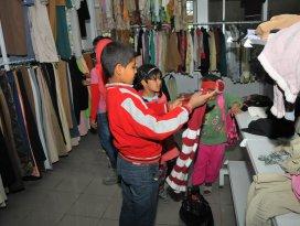 Akşehir Belediyesi Suriyeli çocukları sevindirdi
