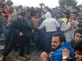 Midillide göçmenler ve polis arasında çatışma çıktı