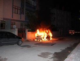 Konyada park halindeki hafif ticari araç yandı