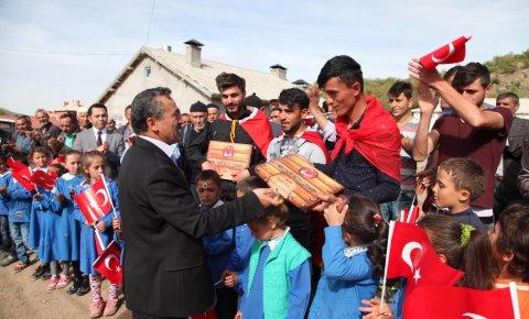 Başkan Tutal'tan asker adaylarına anlamlı hediye