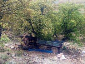 Traktör şarampole devrildi: 1 ölü, 9 yaralı