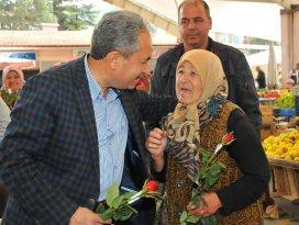 Başkan Akkaya'dan annelere çiçek