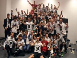 Beşiktaşlılardan şampiyonluk pozu