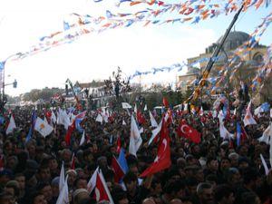 Başbakan Konyalılarla kucaklaştı