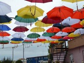 Kulu sokaklarına renkli şemsiyeler
