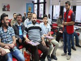 Suriyeliler hem dil hem meslek öğreniyor
