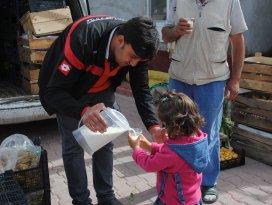 Sarayönünde vatandaşlara süt ikramı