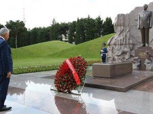 Başbakan Yıldırım Aliyevin mezarını ziyaret etti