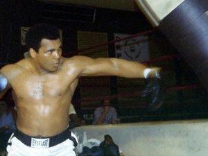 Muhammed Alinin ölümü spor dünyasını yasa boğdu