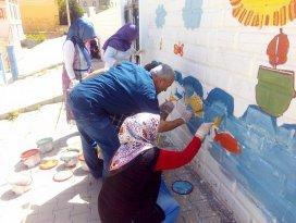 Öğretmenler okul duvarlarını boyadı