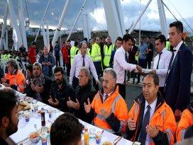 Bakan Arslan 3. Köprüde işçilerle iftar yaptı