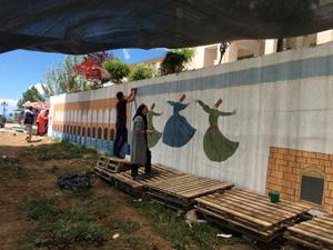 Öğrenciler okulun bahçe duvarlarını süsledi
