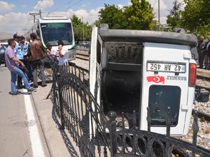 Tramvay yoluna giren araç takla attı