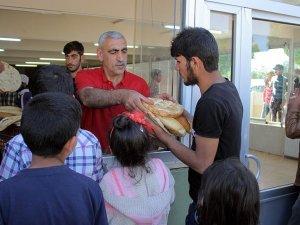 Elazığda sığınmacı ailelere ücretsiz ekmek