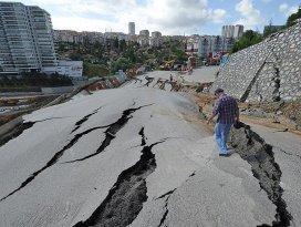 Ankarada hatalı kazı çalışması nedeniyle yol çöktü