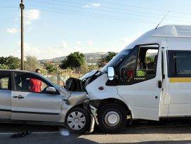 Kırıkkalede işçi servisi ile otomobil çarpıştı: 20 yaralı
