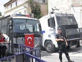 Taksimdeki izinsiz yürüyüşe polis müdahalesi