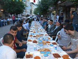 Surda iftar sofrasını caddeye kurdular