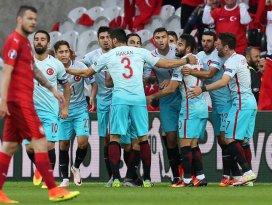 Türkiye tur şansını sürdürüyor: 2-0