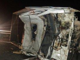 Devrilen kamyonete otobüs çarptı: 4 yaralı