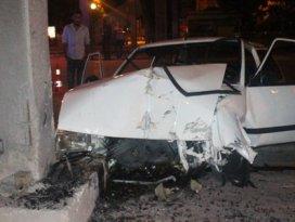 Otomobil beton direğe çarptı: 1i ağır, 4 yaralı