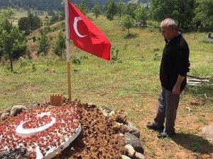 Şehit Kalmışın babası kızının mezarını ziyaret etti