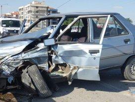Otomobil orta refüje çıktı: 3 yaralı