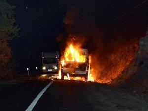 Tuncelide teröristler yol kesip araç yaktı