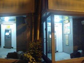 Sıcaklardan bunaldı, klimalı ATMde uyuyakaldı