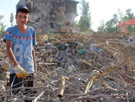 Yüksekova'daki enkaz yığınları ekmek kapısı oldu