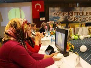 Kadın çiftçiler Konyada ter döktü