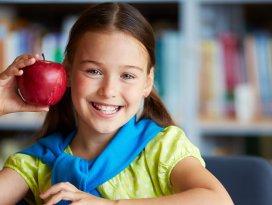 Çantasına bir diş seti ve bir elma koyun