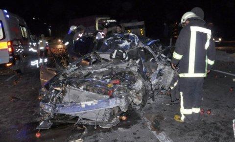 Kamyon otomobile çarptı: 2 ölü, 1 yaralı