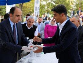 Başkan Altay'dan öğrencilere aşure ikramı