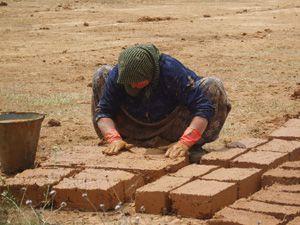 Kerpiç ustası kadınlar sanat köyünü inşaa ediyor