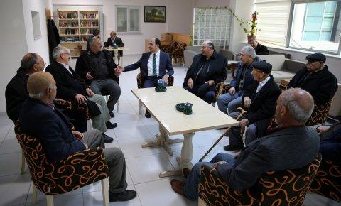 Lokaller emeklileri hayata bağlıyor