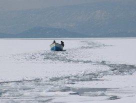 Konyada tekneleri batan çift, buz kütlesine çıkarak kurtuldu