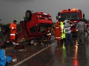 İşçileri taşıyan kamyon devrildi: 25 yaralı