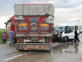 Kontrolden çıkan tır minibüse çarptı: 11 yaralı