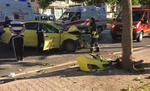 Konyada taksi ağaca çarptı: 2 ağır yaralı