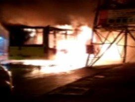 Hainler, yolcu otobüsünü durdurup ateşe verdiler