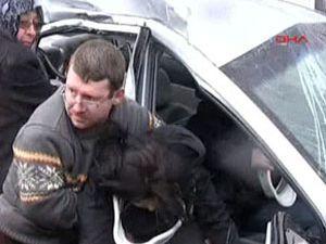 Takla atan otomobil karşı şeride uçtu