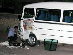 Alkollü sürücü park halindeki araca çarptı